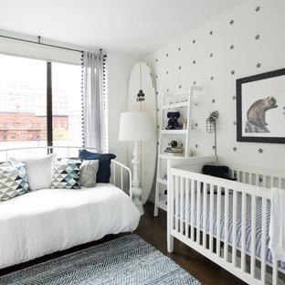 Foto de habitación de bebé neutra marinera con paredes multicolor y suelo de madera oscura
