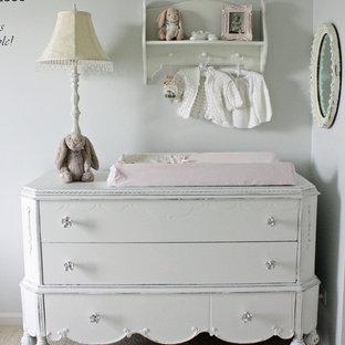 Cette photo montre une chambre de bébé fille romantique avec un mur blanc.