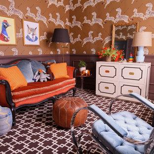 Exemple d'une chambre de bébé neutre éclectique de taille moyenne avec un mur marron et moquette.