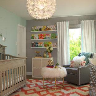 Mittelgroßes Eklektisches Babyzimmer mit grauer Wandfarbe und dunklem Holzboden in Austin