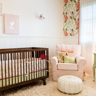 Imagen de habitación de bebé romántica con suelo blanco