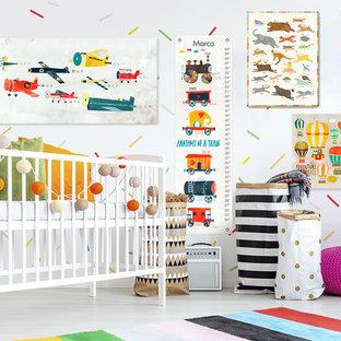 Réalisation d'une chambre de bébé garçon bohème avec un mur blanc et un sol en carrelage de porcelaine.
