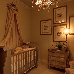Modelo de habitación de bebé niña contemporánea, de tamaño medio, con paredes beige y moqueta
