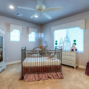 Aménagement d'une grand chambre de bébé fille classique avec un mur violet et moquette.