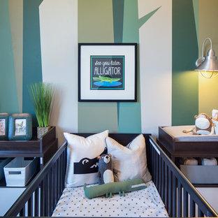 Ejemplo de habitación de bebé niño tradicional renovada con paredes multicolor