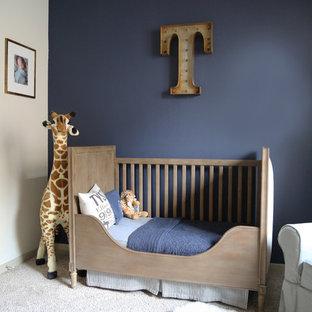 Diseño de habitación de bebé niño clásica renovada, de tamaño medio, con paredes azules, moqueta y suelo beige