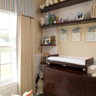 Cette photo montre une chambre de bébé neutre chic de taille moyenne avec un mur beige, moquette et un sol multicolore.