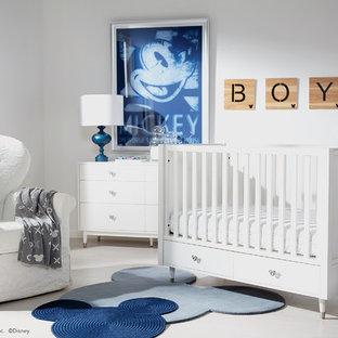 Exemple d'une chambre de bébé garçon chic de taille moyenne avec un mur blanc, un sol en bois peint et un sol blanc.