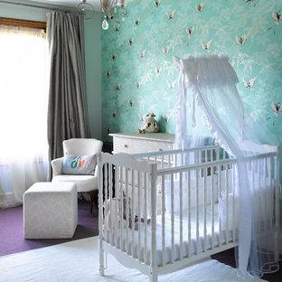 Diseño de habitación de bebé neutra clásica con paredes azules, moqueta y suelo violeta