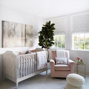 Ejemplo de habitación de bebé niña tradicional con paredes blancas, moqueta y suelo blanco