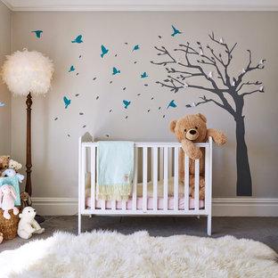 Modelo de habitación de bebé niña tradicional renovada, de tamaño medio, con paredes grises, moqueta y suelo gris