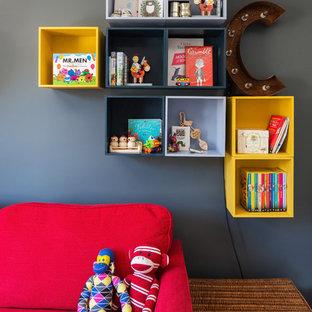 Aménagement d'une chambre de bébé garçon rétro avec un mur gris.