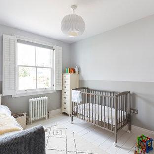 Modelo de habitación de bebé niño nórdica, de tamaño medio, con paredes multicolor y suelo de madera pintada