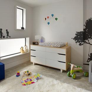Foto de habitación de bebé neutra contemporánea, de tamaño medio, con paredes blancas, moqueta y suelo beige