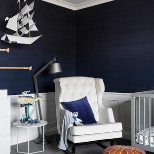 Modelo de habitación de bebé niño costera con paredes azules, moqueta y suelo gris
