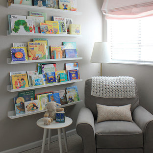 Immagine di una piccola cameretta per neonata con pareti grigie, moquette e pavimento beige