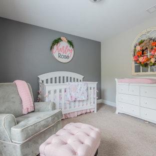 Cette photo montre une chambre de bébé fille nature de taille moyenne avec un mur gris, moquette et un sol beige.