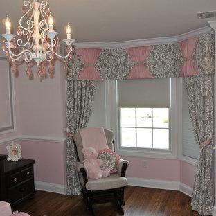 Inspiration pour une chambre de bébé fille style shabby chic de taille moyenne avec un mur rose, un sol en bois foncé et un sol marron.