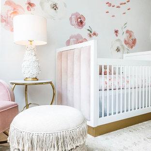 Immagine di una cameretta per neonata tradizionale di medie dimensioni con pareti bianche, pavimento in bambù e pavimento marrone