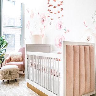 Réalisation d'une chambre de bébé fille tradition de taille moyenne avec un mur blanc, un sol en bambou et un sol marron.