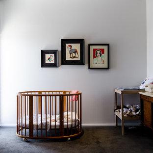 Imagen de habitación de bebé neutra industrial con suelo marrón