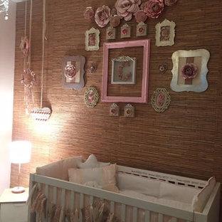 Aménagement d'une chambre de bébé fille romantique de taille moyenne.