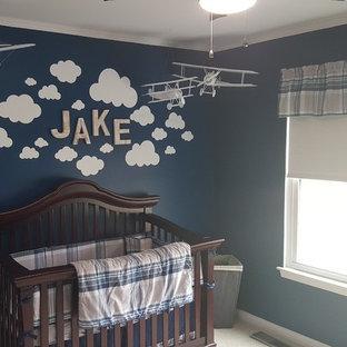 Modelo de habitación de bebé niño tradicional, de tamaño medio, con paredes azules, moqueta y suelo beige