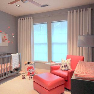 Modelo de habitación de bebé neutra actual, de tamaño medio, con paredes grises y suelo de madera clara
