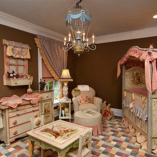 Cette image montre une grand chambre de bébé fille traditionnelle avec un mur marron.