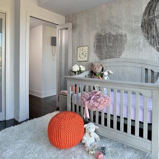 Foto de habitación de bebé neutra clásica renovada, pequeña, con paredes grises y suelo de madera oscura