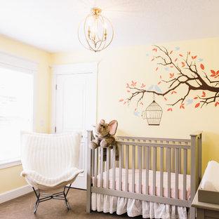 Imagen de habitación de bebé neutra clásica renovada, pequeña, con paredes amarillas, moqueta y suelo gris