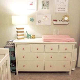 Ejemplo de habitación de bebé niña clásica, pequeña, con paredes grises y moqueta