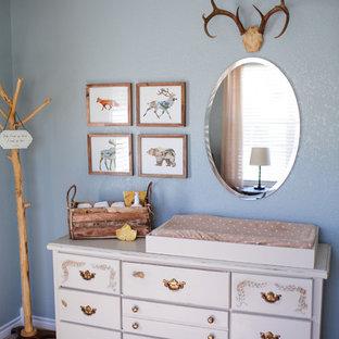 Ejemplo de habitación de bebé niño rústica, de tamaño medio, con paredes azules y moqueta