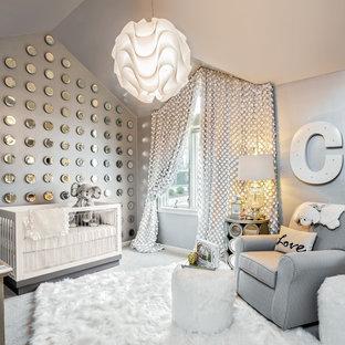 Modelo de habitación de bebé neutra tradicional renovada con paredes grises, moqueta y suelo gris