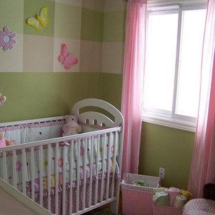 Foto di una piccola cameretta per neonata stile shabby con pareti verdi e pavimento in laminato