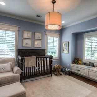 Idée de décoration pour une chambre de bébé garçon craftsman de taille moyenne avec un mur bleu et un sol en bois brun.