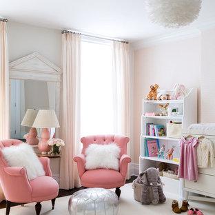 Ejemplo de habitación de bebé niña clásica renovada, de tamaño medio, con paredes rosas, moqueta y suelo blanco