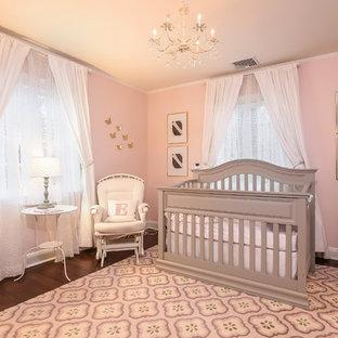 Ejemplo de habitación de bebé niña tradicional renovada, de tamaño medio, con paredes rosas