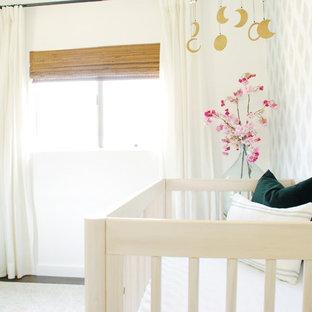 Foto de habitación de bebé tradicional renovada con suelo laminado y suelo marrón