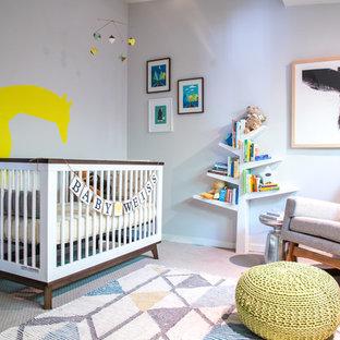 Modelo de habitación de bebé neutra vintage con paredes grises, moqueta y suelo beige