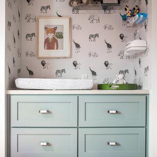 Exemple d'une chambre de bébé neutre rétro avec un mur gris, moquette et un sol beige.