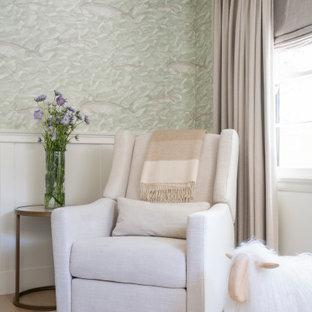 Exemple d'une chambre de bébé neutre chic de taille moyenne avec un mur blanc, un sol en bois clair, un sol beige, un plafond en poutres apparentes et boiseries.