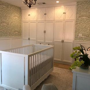 Idées déco pour une chambre de bébé neutre classique de taille moyenne avec un mur blanc, un sol en bois clair, un sol beige, un plafond en poutres apparentes et boiseries.