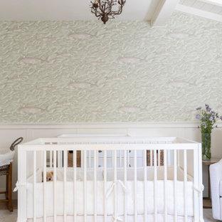 Idée de décoration pour une chambre de bébé neutre tradition de taille moyenne avec un mur blanc, un sol en bois clair, un sol beige, un plafond en poutres apparentes et boiseries.