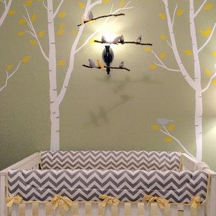Immagine di una cameretta per neonati neutra chic di medie dimensioni con pareti verdi e moquette