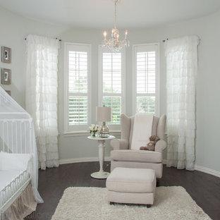 Inspiration pour une chambre de bébé fille style shabby chic de taille moyenne avec un sol en bois foncé.
