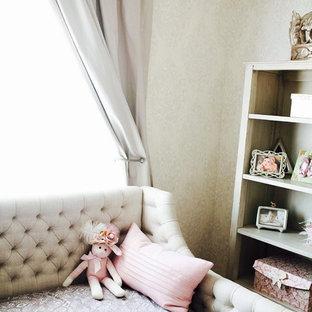 Imagen de habitación de bebé niña contemporánea, de tamaño medio, con paredes grises y suelo de madera oscura