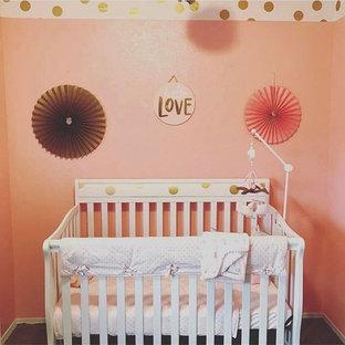 Inspiration pour une petit chambre de bébé fille minimaliste avec un mur rose, moquette et un sol beige.