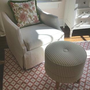 Idee per una cameretta per neonata american style con pareti rosa e pavimento in legno massello medio