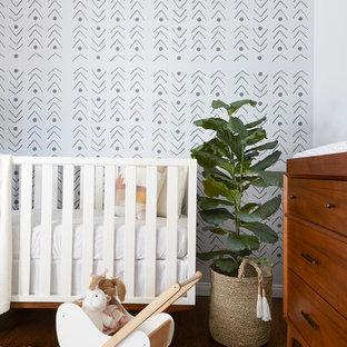 ロサンゼルスの中くらいの北欧スタイルのおしゃれな赤ちゃん部屋 (グレーの壁、濃色無垢フローリング、茶色い床) の写真